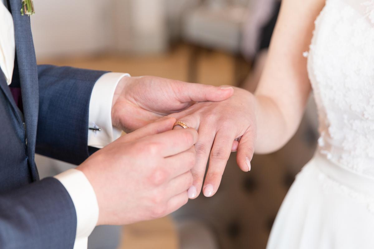 Er steckt ihr den Ring an